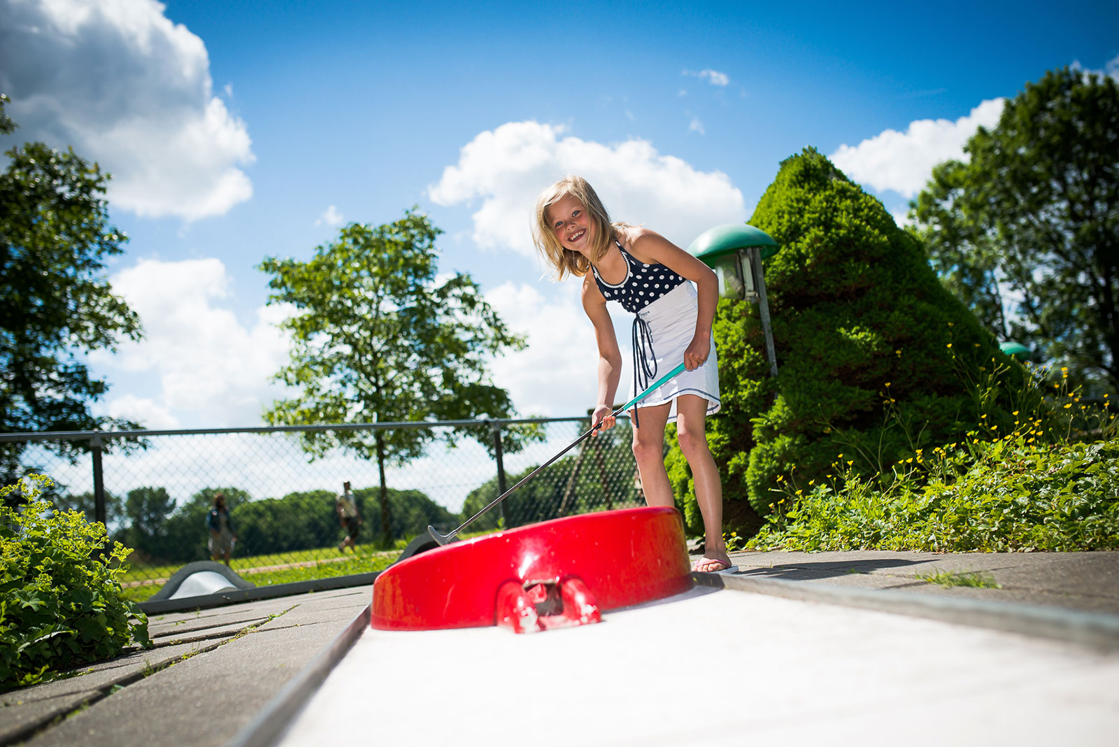 Meisje speelt midgetgolf bij het Zeeltje