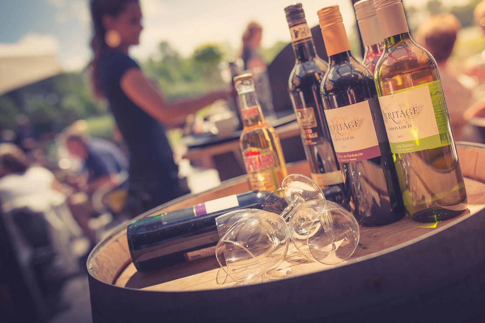 Wijnflessen en glazen op een zomerse dag